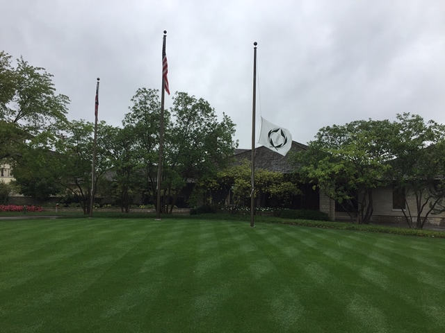 courses honor arnold palmer with flags at half